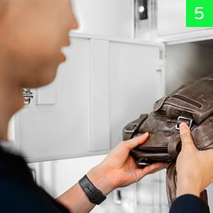 persona guardado bolso en locker